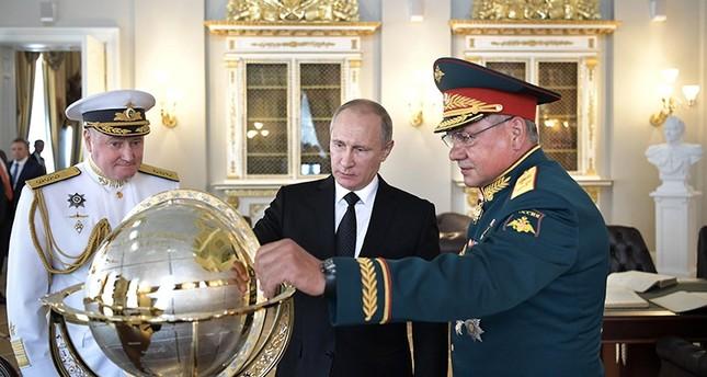 سيرغي شويغو مع الرئيس بوتين وقائد البحرية الروسية (EPA)