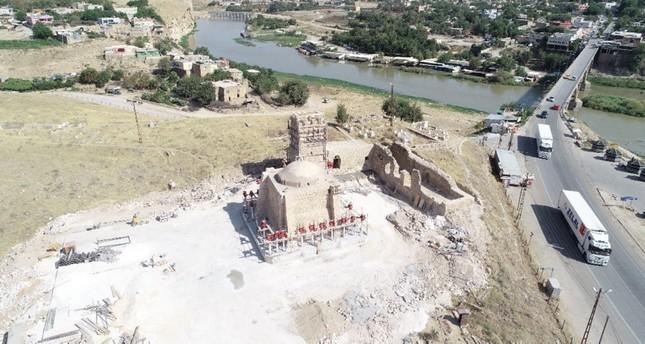 السلطات التركية تشرع بنقل زاوية تاريخية جنوب شرقي البلاد