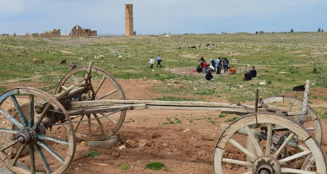 After theoretical training, tourists can experience the excitement of finding small sculptures, ceramic and copper pieces that have been placed under the soil with the help of trowels and brushes under the supervision of archaeologists.