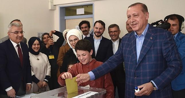 أردوغان يتلقى رسائل تهنئة من زعماء العالم بمناسبة الموافقة على التعديلات الدستورية في الاستفتاء الشعبي
