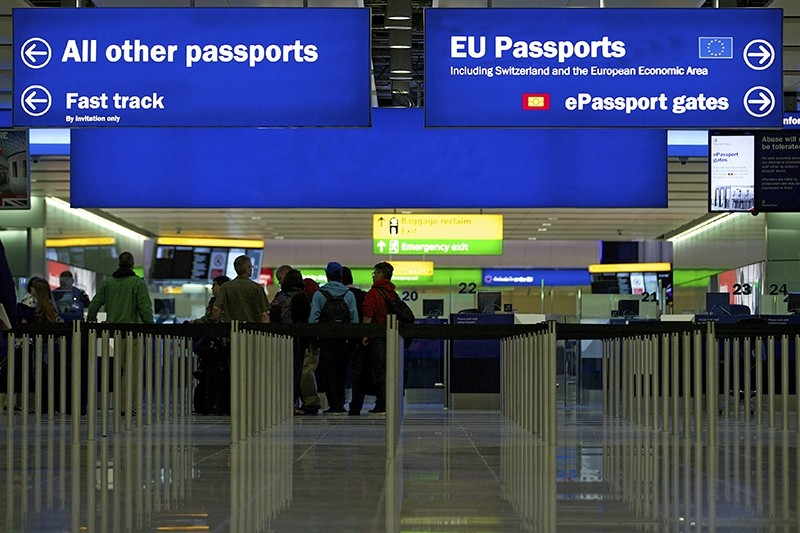 A general view of the UK Border crossing in the new Terminal 2 at Heathrow Airport in London, Britain, 04 June 2014 (EPA Photo)