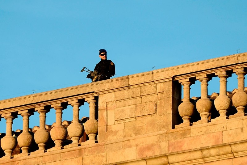 A police officer keeps watch on the rooftop of the Llotja de Mar where the Spanish cabinet will be meeting in Barcelona, Spain, Dec. 21, 2018. (AFP Photo)
