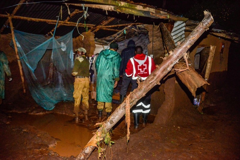Volunteers search for survivers in a residential area after Patel dam burst its bank at Solai, about 40 kilometres north of Nakuru, Kenya, on May 10, 2018. (AFP Photo)