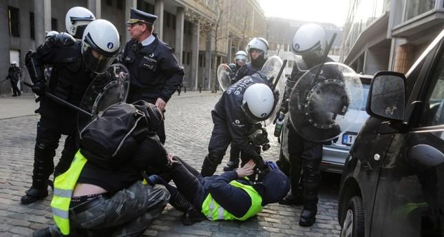 من مشاهد تعامل الشرطة الفرنسية بعنف مع أصحاب السترات الصفراء (الفرنسية)