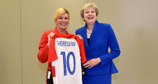 رئيسة كرواتيا تتبختر بين زعماء الناتو بعد فوز منتخبها الوطني وصعوده لنهائي المونديال