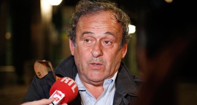 الرئيس السابق للاتحاد الاوروبي لكرة القدم ميشال بلاتيني بعد إخلاء سبيله (الفرنسية)