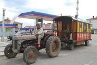 رحالة فرنسي يعبر تركيا في طريقه إلى الهند على متن جرار