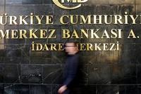 أبقى البنك المركزي التركي، الخميس، على معظم أدوات السياسة النقدية دون تغيير، باستثناء رفع أسعار الفائدة على نوافذ الخصم من البنك.  وجاء في بيان صادر عن البنك، أن لجنة السياسة النقدية أبقت على سعر...