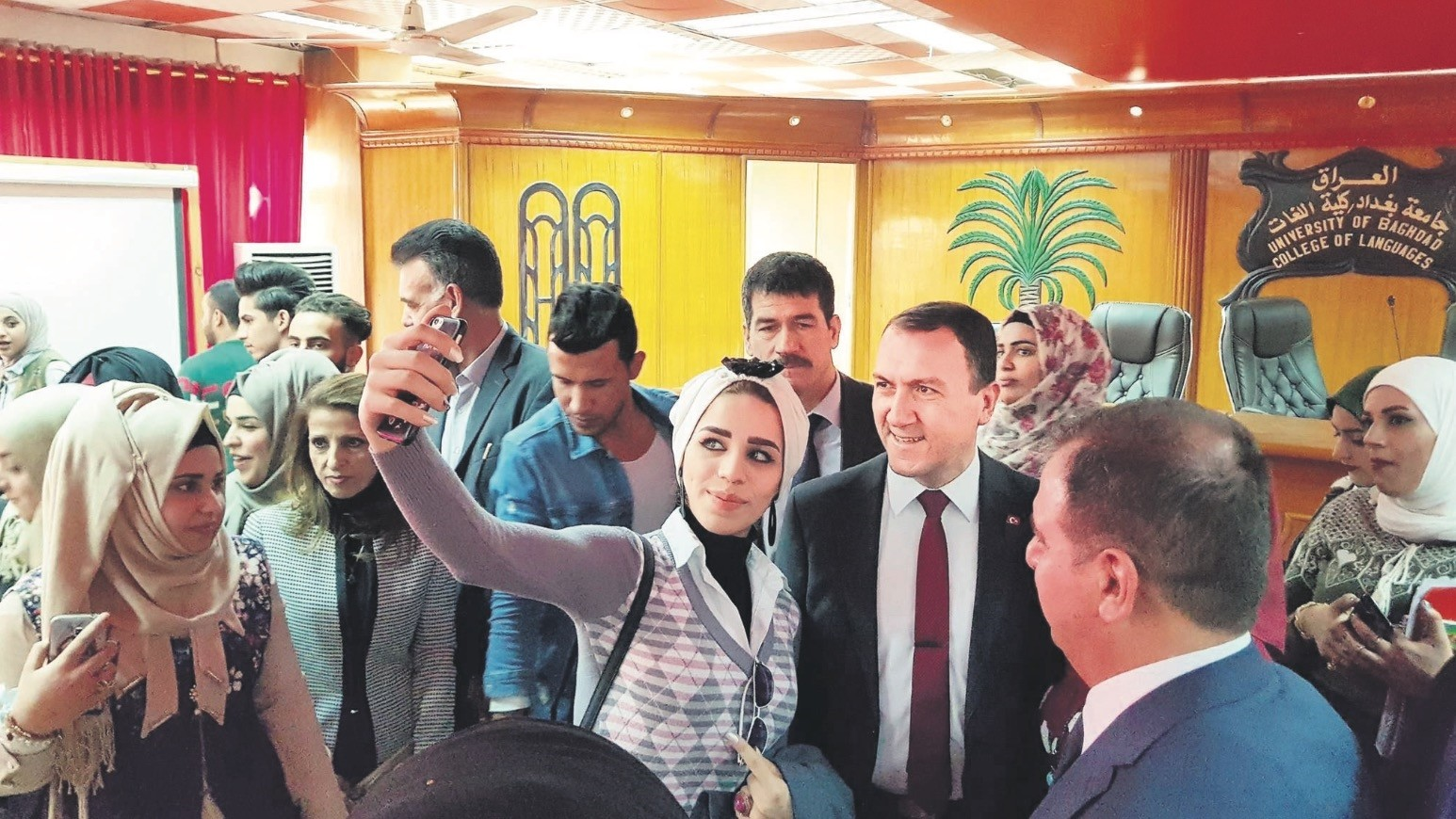 Turkey's ambassador to Baghdad, Fatih Yu0131ldu0131z, takes a selfie with one of the Iraqi locals.