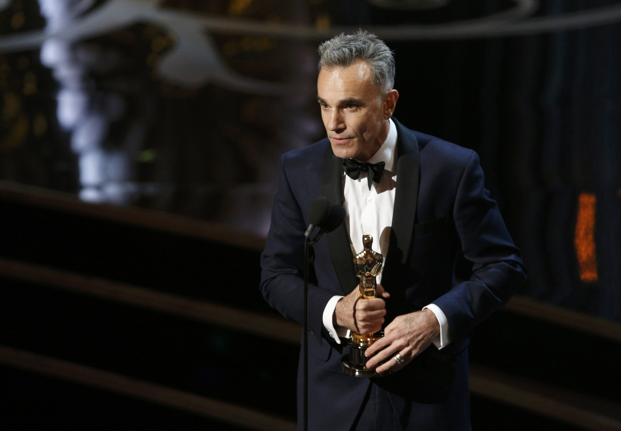 Daniel Day Lewis accepts the Oscar for best actor for his role in ,Lincoln,, at the 85th Academy Awards in Hollywood, California, February 24, 2013. (REUTERS Photo)