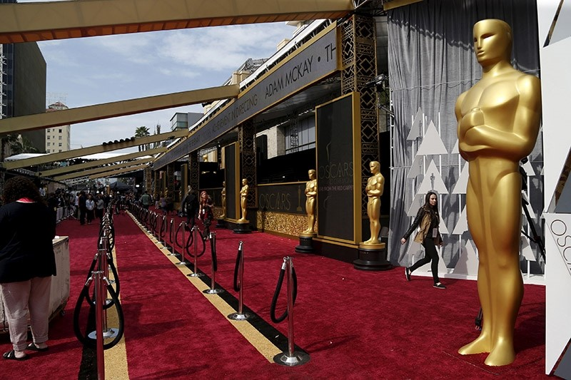 Oscar statues are pictured on the red carpet at the Dolby Theater during preparations leading up to the 88th Academy Awards in Hollywood, California, February 27, 2016. (Reuters Photo)