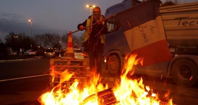 وسط استمرار الاحتجاجات.. وزير فرنسي يحذر من انقلاب محتمل