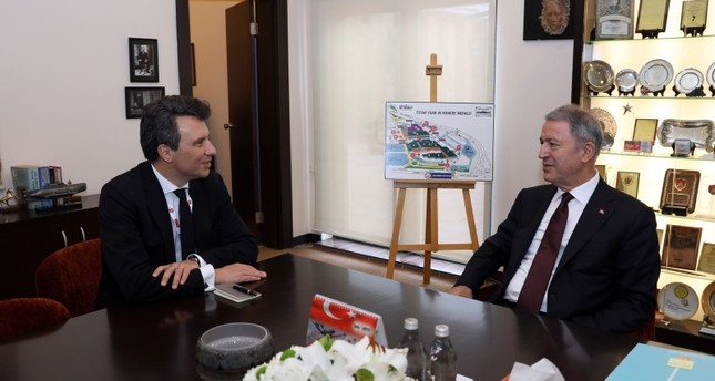 وزير الدفاع التركي خلوصي أقار ومساعد الأمين العام لحلف شمال الأطلسي (ناتو) كميل غراند (الأناضول)