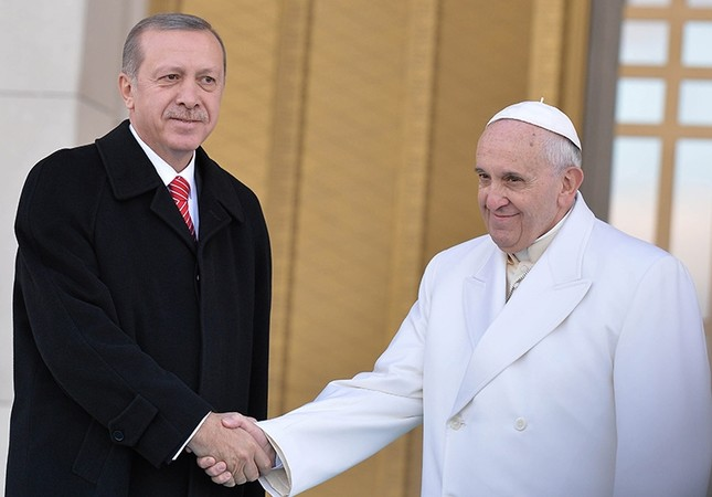 President Erdoğan (left) shakes hands with Pope Francis at the Presidential Complex in Ankara in this undated photo (File Photo)