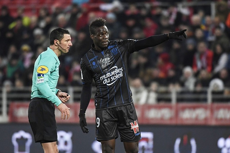 Nice's Italian forward Mario Balotelli (R) talks with French referee Nicolas Rainville (L) during the French L1 football match between Dijon (DFCO)  and Nice (OGCN) on February 10, 2018, at the Gaston Gerard Stadium in Dijon, France. (AFP Photo)