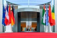 أعلام الدول المشاركة في مؤتمر برلين أمام مكان انعقاد القمة- وكالة الأنباء الفرنسية