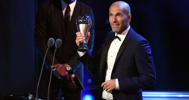 Real Madrid coach Zinedine Zidane picks up the FIFA Men's Coach 2017 award during the Best FIFA Football Awards 2017 at the London Palladium, London, October 23, 2017. (EPA Photo)