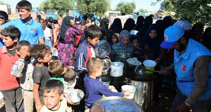pThe Turkey Diyanet Foundation (TDV) provided iftar, or fast-breaking, meals on the first day of Ramadan on Saturday to thousands of Syrians living in refugee camps in northern Syria's Azez, as...