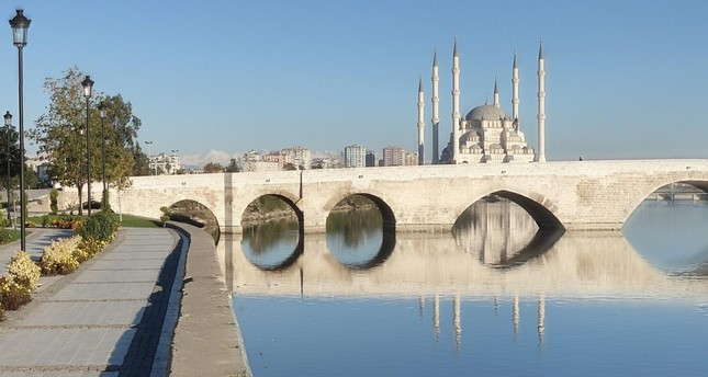 Taşköprü and the Sabancı Central Mosque (in the background) are must-see places in Adana.