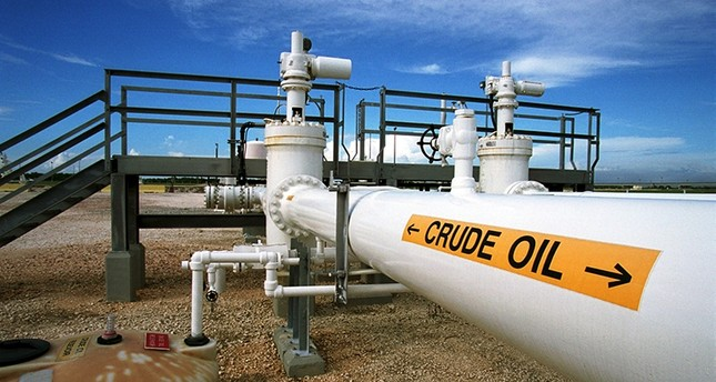 Oil prices dip 4 pct on oversupply, equities sell-off