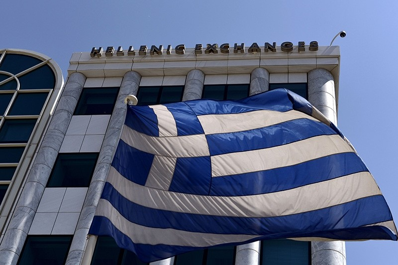 A Greek flag is pictured outside the Athens Stock Exchange in Athens on August 3, 2015. (AFP Photo)