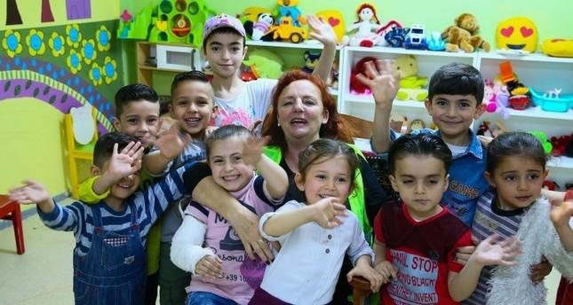 سيدة إيرلندية تنتقل للعيش في تركيا لإضفاء البسمة على وجوه اللاجئين