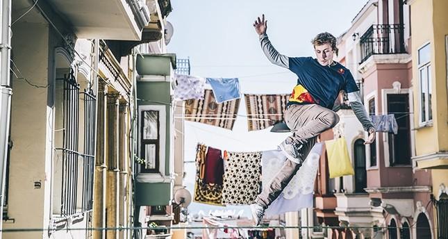 عرض بهلواني فوق حبال الغسيل في أزقة إسطنبول التاريخية