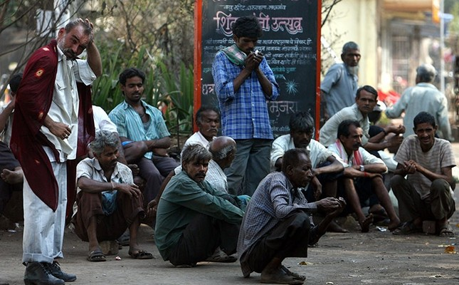 This file photo shows daily wage workers waiting for employment on a street side at an industrial area in Mumbai March 30, 2009. (Reuters Photo)