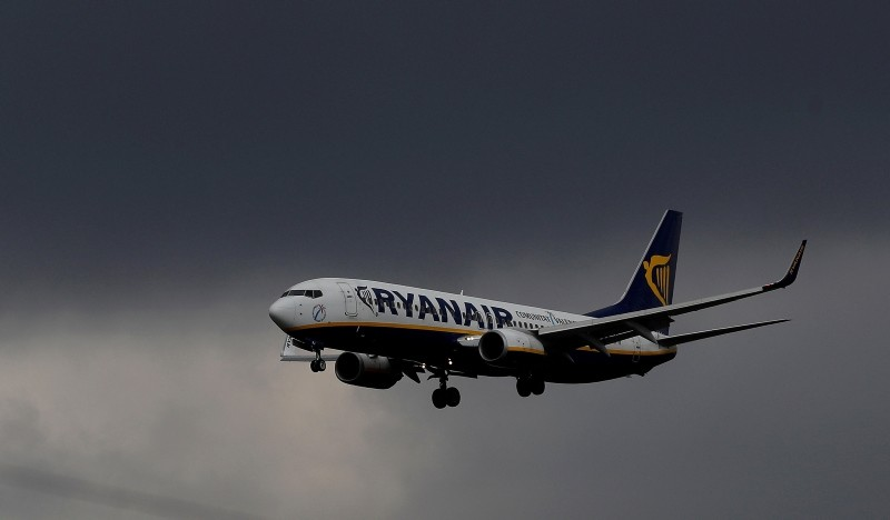 A Ryanair plane prepares to land at Manchester Airport in Manchester Britain, March 31, 2016. (Reuters Photo)