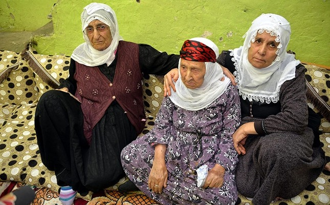 Şahe Tayurak sits among two of her children aged 90 and 80. (DHA Photo)