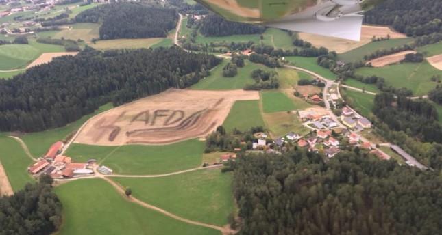 Niederbayern: Hakenkreuz und AfD-Schriftzug aus Gülle auf Feld