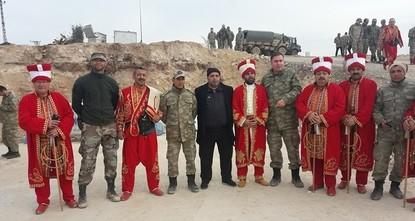 """pDie historische osmanische Militärkapelle """"Mehter ist am Montag in der Grenzprovinz Hatay für Soldaten aufgetreten, die im syrischen Afrin an """"Operation Olivenzweig beteiligt..."""