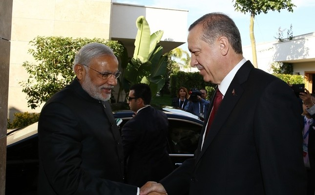 Turkish President Recep Tayyip Erdoğan shakes hands with Indian Prime Minister Narendra Modi during G20 Summit 2015 in Turkey's Antalya.