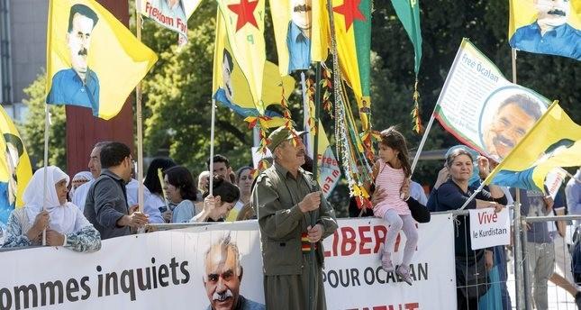 PKK-Anhänger halten Fahnen mit dem Porträt von PKK-Anführer Abdullah Öcalan während einer Demonstration gegen die türkische Regierung in Genf, Schweiz, am 11. August 2016. (EPA Foto)