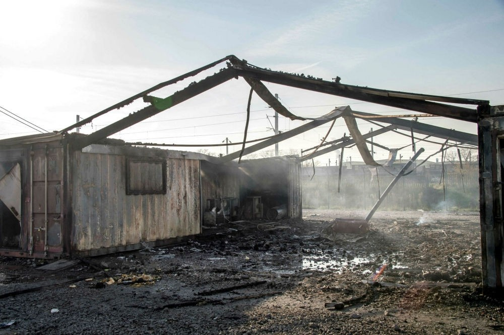 A huge blaze gutted the Grande-Synthe migrant camp outside the northern French city of Dunkirk on Apr. 10. (AFP Photo)