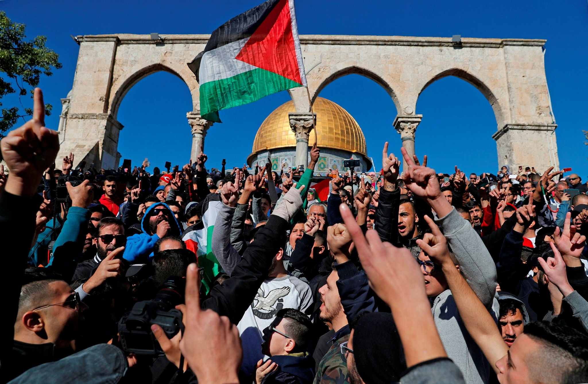 Palestinian Muslim worshippers shout slogans during Friday prayer in front of the Dome of the Rock mosque at the al-Aqsa mosque compound in the Jerusalem's Old City on December 8, 2017. (AFP Photo)