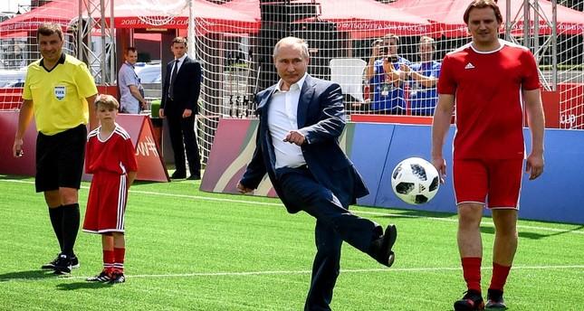 الرئيس الروسي فلاديمير بوتين يستعرض مهاراته الكروية في افتتاح أحد المعارض تزامنا مع انطلاق مونديال روسيا 2018  (وكالة الأنباء الروسية)