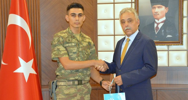 بعد تهشم جواله في هجوم إرهابي.. أردوغان يهدي جندياً هاتفاً جديداً