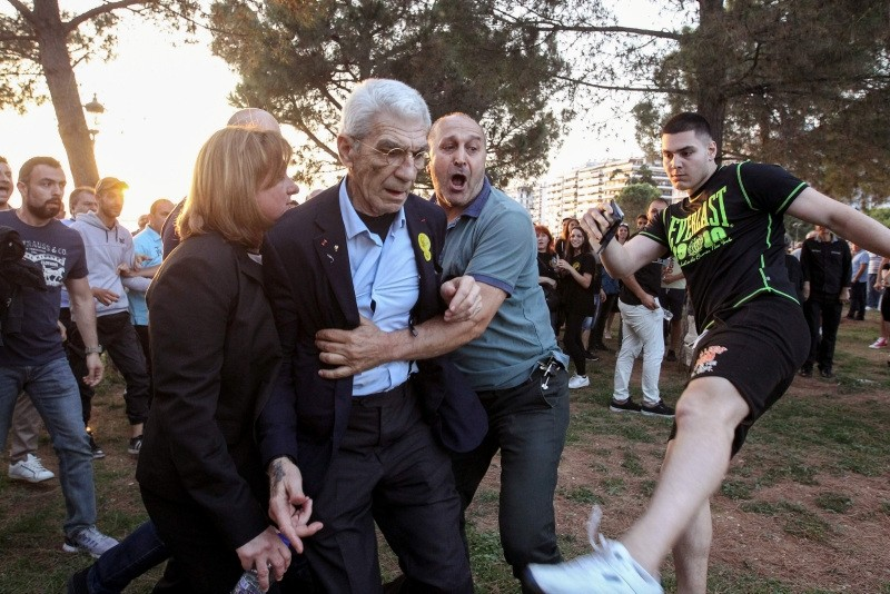The mayor of Greeceu2019s second city, Thessaloniki, Yiannis Boutaris (C) is helped as he is assulted by suspected far-right members at a rally in Thessaloniki on May 19, 2018. (AFP Photo)