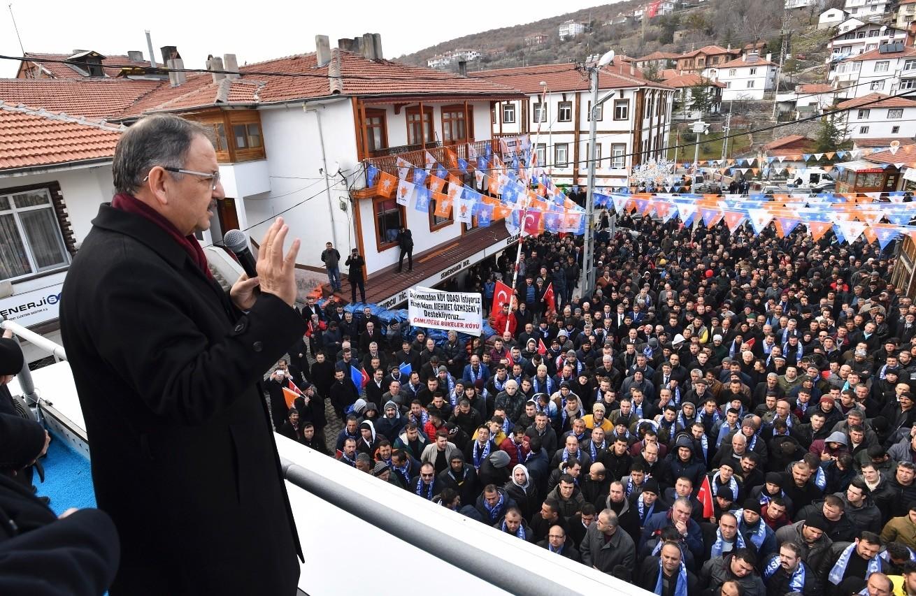 The AK Partyu2019s Ankara mayoral candidate Mehmet u00d6zhaseki delivers a campaign speech in the capitalu2019s u00c7amlu0131dere district, Feb. 15, 2019.