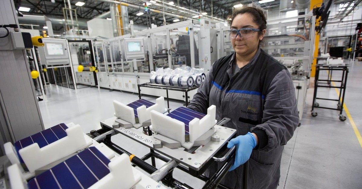 A production operator Diana Correa loads cells into a machine at the SolarWorld solar panel factory in Hillsboro, Oregon, U.S, January 15, 2018. (Reuters Photo)