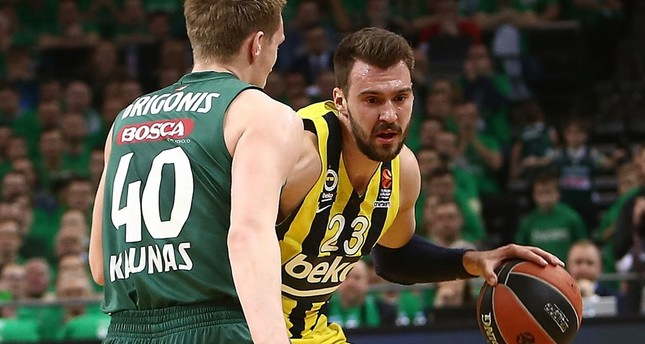 Marko Guduric confronts Zalgiris' Marius Grigonis. Guduric is credited with Fenerbahçe's victory with a pair of 3-pointers.