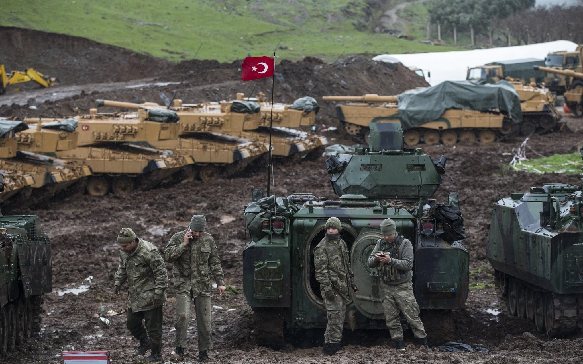 Turkish soldiers training with their tanks near Syrian-Turkish border, at Hatay, Turkey, 23 January 2018. (EPA Photo)