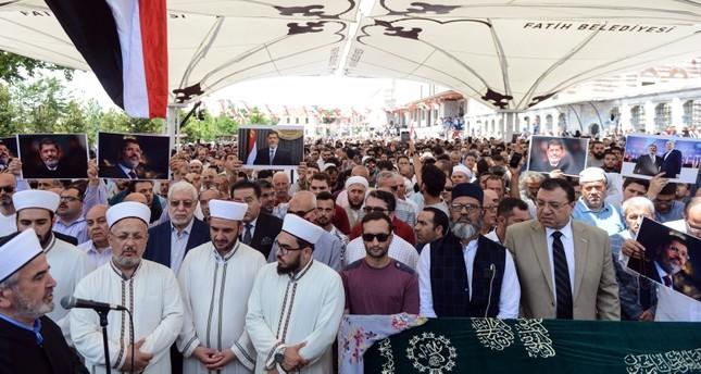 آلاف العرب والأتراك يؤدون صلاة الغائب على روح محمد مرسي في إسطنبول
