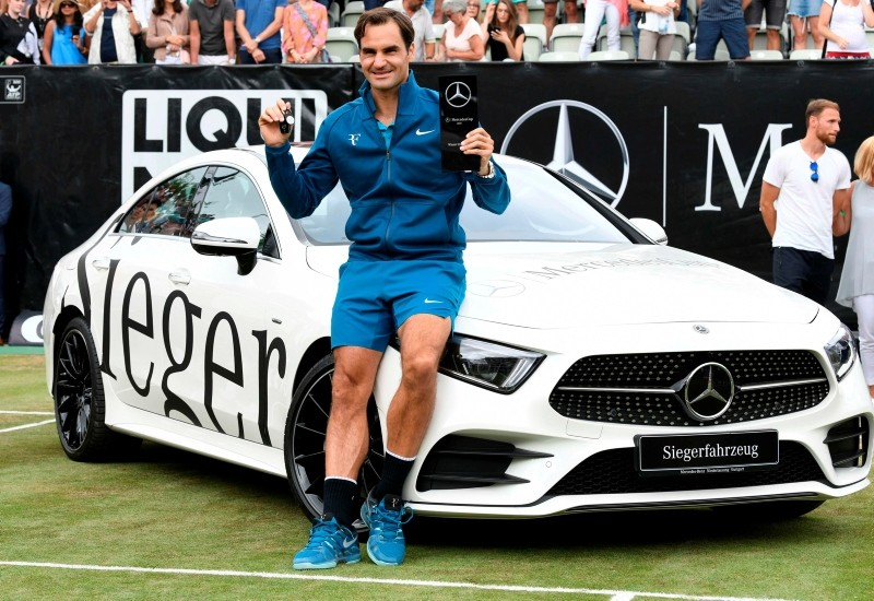 Roger Federer claimed his 98th ATP title with a 6-4, 7-6 (7/3) defeat of Milos Raonic in the grass-court Stuttgart Cup final. (AFP Photo)