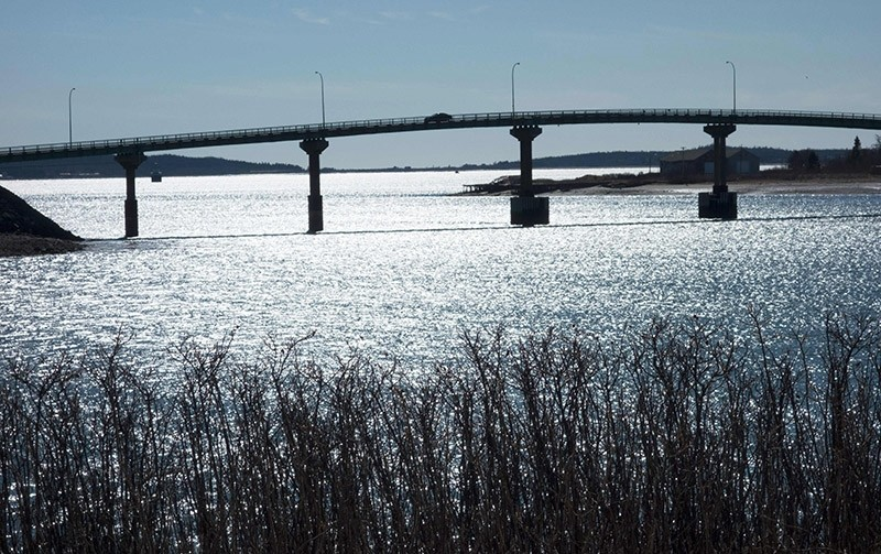Cars cross over the International Bridge between Lubec, Maine (R) and Campobello Island, Canada (L) on March 3, 2017 as pictured from Campobello Island, Canada. (AFP Photo)