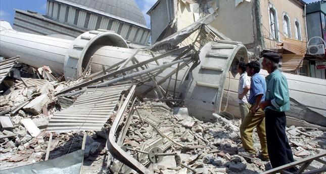 Men survey damage in Adapazarı district of Sakarya province after a 7.4 magnitude earthquake struck the neighboring Izmit province on Aug. 17, 1999, in northwestern Turkey. (AA Photo)