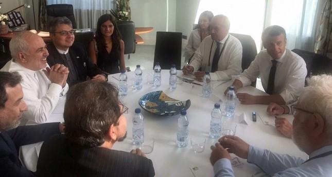الرئيس الفرنسي إيمانويل ماكرون في لقاء مع وزير الخارجية الإيراني محمد جواد ظريف