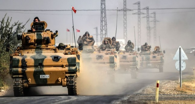 Turkish army tanks driving to the Syrian town Jarablus on the border with Turkey, 5 kilometres west from Karkamış in Turkey's southeastern Gaziantep province, Aug. 25, 2016.
