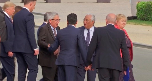 قادة أوروبيون يحاولون مساعدة رئيس المفوضية يونكر على المشي - AP